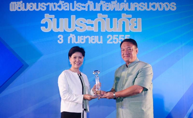 รางวัลบริษัทประกันชีวิตที่มีการบริหารงานดีเด่น ชมเชย ประจำปี 2554 และรางวัลตัวแทนประกันชีวิตคุณภาพดีเด่น ประจำปี 2554