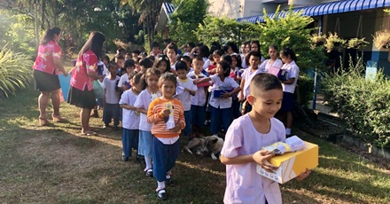 ฝ่ายการตลาดประกันชีวิตกลุ่ม ร่วมบริจาครองเท้าและถุงเท้า ให้กับโรงเรียนบ้านพุเตย จ.กาญจนบุรี